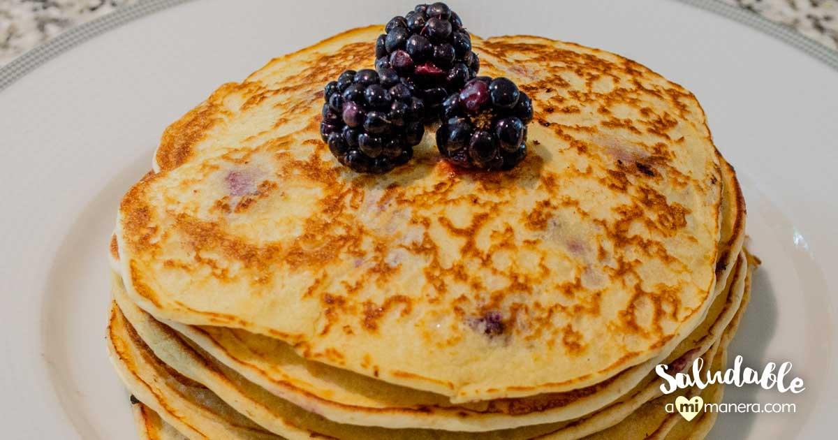 Pancakes De Avena, Yogurt Griego Y Zarzamoras