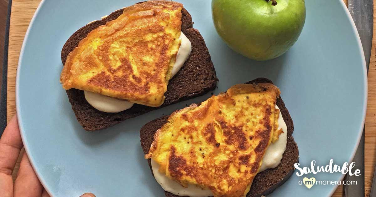 Sándwich Abierto De Omelette Y Queso Mozzarella