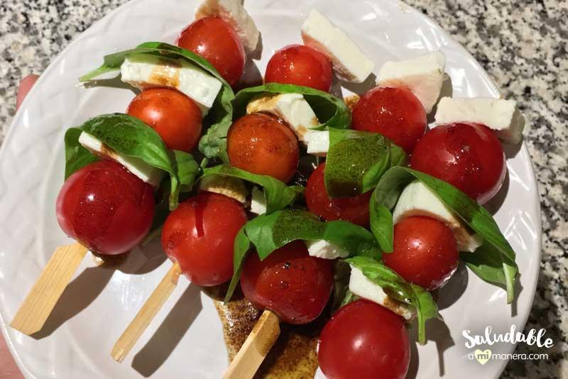 Ensalada caprese italiana con tomates cherry en brocheta